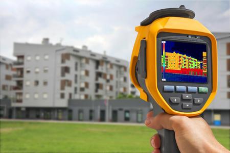 Aufzeichnung Wärmeverlust an die Wohngebäude mit Infrarot-Wärmebildkamera Lizenzfreie Bilder