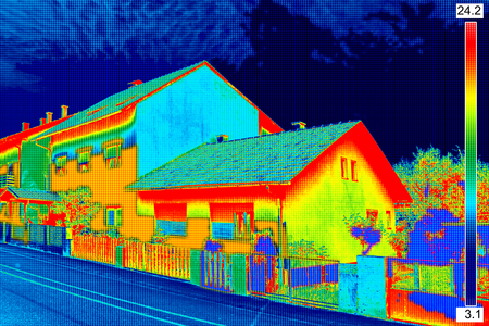 家の断熱の欠如を示す赤外線サーモ ビジョン イメージ