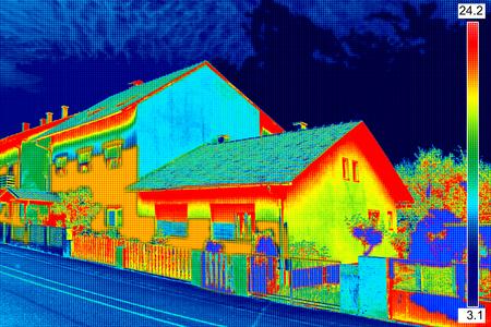 Infrarot-Thermovision Bild zeigt fehlende Wärmedämmung am Haus