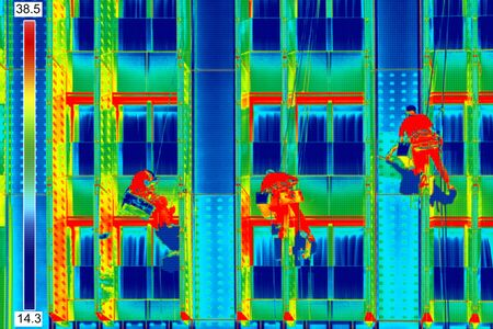Infrared thermovision image Three climbers wash windows Stockfoto