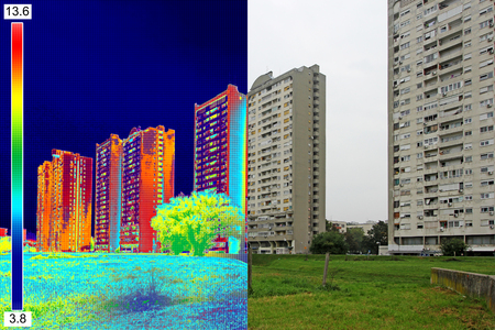 Infrared and real image showing lack of thermal insulation on Residential building Stockfoto