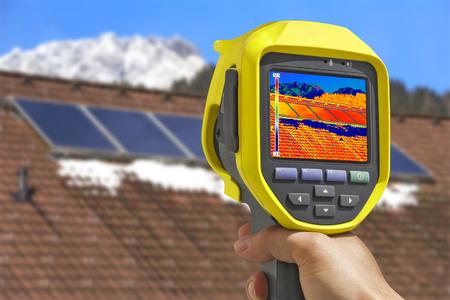 열 카메라와 지붕 집에 태양 광 태양 전지 패널을 기록 스톡 콘텐츠