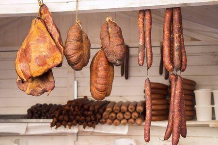 jamones: Salchicha ahumada y tocino de cerdo conservas de carne en un mercado de calle