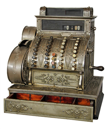 cash money: Vieja caja registradora de la vendimia aislado en el fondo blanco con trazado de recorte