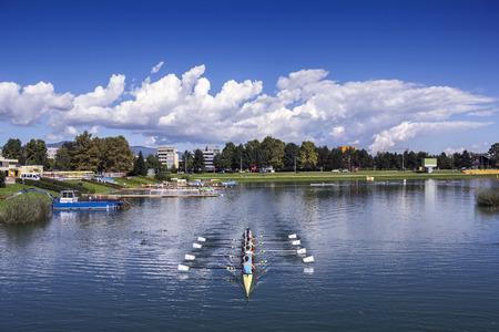 Jonge pepole trainingsroeiboten op het meer Jarun in Zagreb, Kroatië Stockfoto - 50017975
