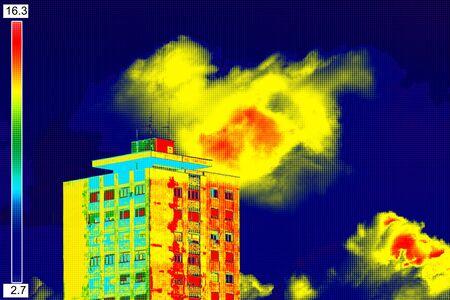 Infrarot-Thermovision Bild zeigt mangelnde Wärmedämmung an Wohngebäude
