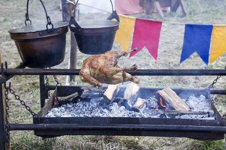 pollo rostizado: Pollo a la brasa manera tradicional en el pincho en la naturaleza