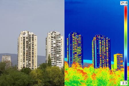 Infrarot- und Realbild zeigt fehlende Wärmedämmung an Wohngebäude Standard-Bild