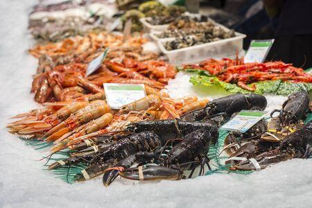 manjar: Langostas, gambas y langostinos, mariscos frescos en el mercado de pescado de Barcelona Foto de archivo