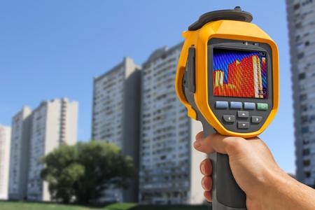 Grabación de la pérdida de calor en el edificio residencial con infrarrojos Cámara térmica