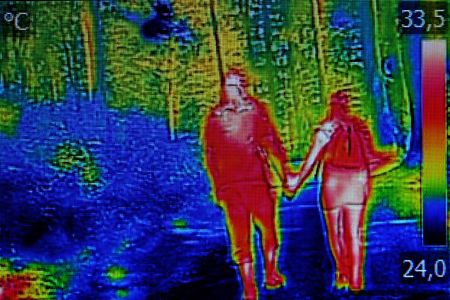 Infrared thermal image young couple, when walking through the woods Stockfoto