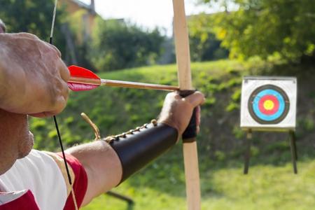 Mittelalter Bogenschütze, um einen Bogen und Pfeil zu benutzen und auf ein Ziel zu schießen