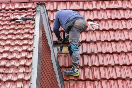 roofer: Roofer repair  the roof of clay tiles