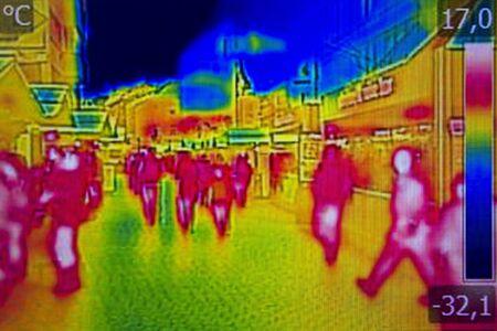 Infrarot-Wärmebild Menschen die Straßen der Stadt zu Fuß