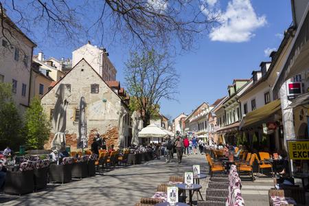 ZAGREB / 21 KROATIË-APRIL: Oude Tkalciceva-straat in Zagreb op 21 April, 2015 in Kroatië. Het is een beroemde straat in het stadscentrum, met talloze cafés en restaurants. Stockfoto - 71950598