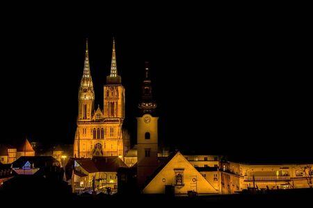 夜ザグレブ大聖堂は、クロアチアの首都の有名なランドマークを表示します。