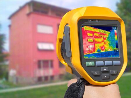 적외선 열 화상 카메라로 주거용 건물의 열 손실 기록 스톡 콘텐츠