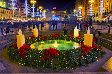 """Mandusevac Brunnen auf Ban Jelacic Platz mit Adventskranz als Teil des """"Advent in Zagreb"""" geschmückt Standard-Bild - 91513326"""