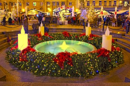 """Fuente de Mandusevac en la plaza Ban Jelacic decorada con corona de adviento como parte del """"Adviento en Zagreb"""""""