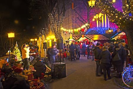 ザグレブのアドベントの一部としてのストロスマイヤー遊歩道からの夜景 報道画像