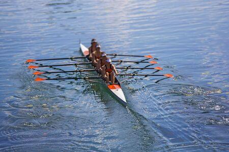 Équipe d'aviron à quatre avirons en bateau