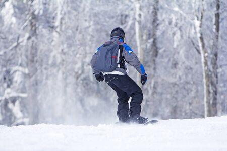 Winter sport snowboarder at ski slopeand alps mountains landscape 版權商用圖片