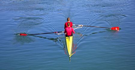 Deux compétiteurs d'aviron de couple, deux rameurs de course d'aviron