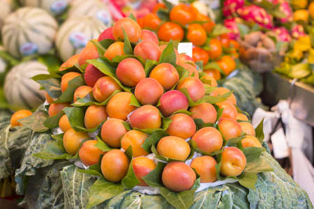 Bunch of fresh apricots for sale in market Stockfoto