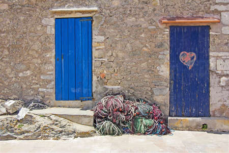 Old wooden doors and fishing nets in Formentera Stockfoto