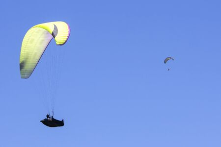 Paragliding in the blue sky as background extreme sport Foto de archivo - 130798362