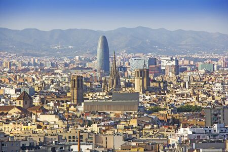 Panoramiczny widok na Barcelonę w letni dzień