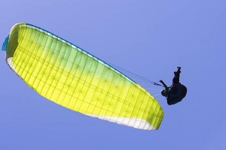 Paragliding in the blue sky as background extreme sport Foto de archivo - 130798392