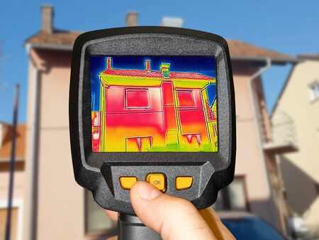 Recording Heat Loss at the family House with a thermal camera Stockfoto