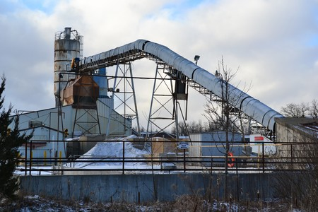 Old rusty industrial silos for grain on a background of blue sky in Canada Banque d'images - 115820819