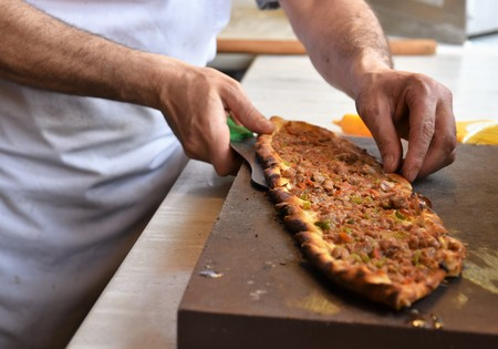 A type of flatbread Turkish pide is being served Banque d'images - 118387562