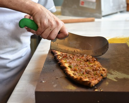 A type of flatbread Turkish pide is being sliced Banque d'images - 118387567