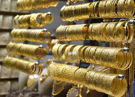 Gold on display on shop window Banque d'images - 118387580