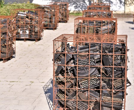 March, 2019, Largo, Florida, Hundreds of antique typewriters are grouped in rows of rusty cages in an experimental art project that depicts the disconnect between new and old technologies Banque d'images - 120853370