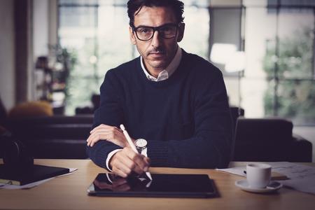 Człowiek pracujący z cyfrowym tabletem w biurze luminouse