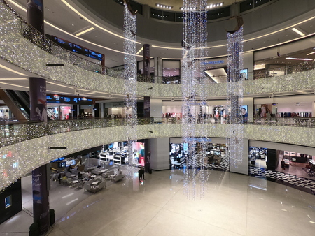 Dubai UAE - May 2019: People inside the Grand Atrium inside Dubai Mall. Interior View Dubal Mall shopping mall. worlds largest shopping mall based on total area Redactioneel
