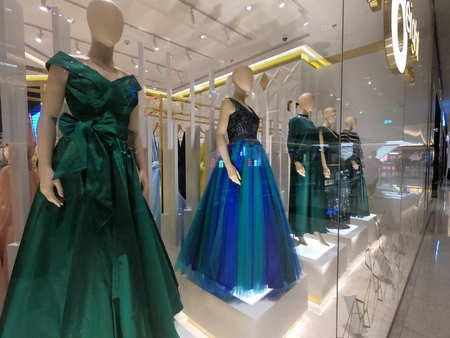 Dubai UAE - May 2019: Blue Colored Women Clothes on mannequin displayed for sale in a mall in Dubai. Redactioneel