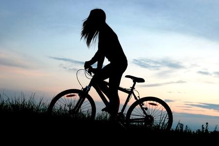 long weekend: mountain biker ragazza in alba Archivio Fotografico