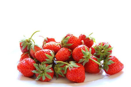 Frescas fresas rojas maduras aisladas en blanco photo