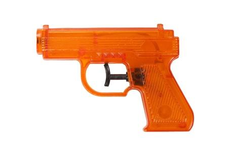pistola: Naranja pistola de agua de pl?stico aislado en un fondo blanco