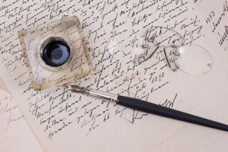 白で隔離される古い高齢紙にレトロなインクのペン