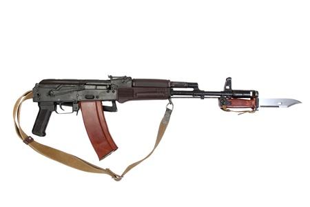 baionetta: kalashnikov con la baionetta isolato su uno sfondo bianco Archivio Fotografico