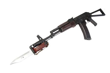 baionetta: kalashnikov fucile d'assalto AKS-74 con baionetta isolato su uno sfondo bianco