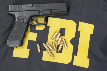 fbi: 9mm arme avec des munitions sur fbi uniforme