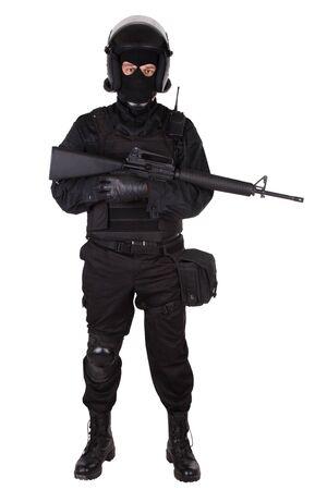 officier de police: Agent de police anti-�meute en uniforme noir isol� sur blanc
