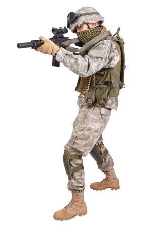 soldado: Soldado estadounidense con fusil en el fondo blanco Foto de archivo